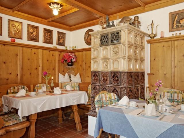 Gaststube mit Kachelofen